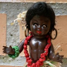 Muñeca española clasica: MUÑECA MINIATURA NEGRA CELULOIDE HAWAIANA AÑOS 50. Lote 142246301