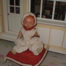 Muñeca española clasica: ANTIGUO MUÑECO DE PLASTICO ANTIGUO EN UN COJIN AÑOS 50. Lote 44433790