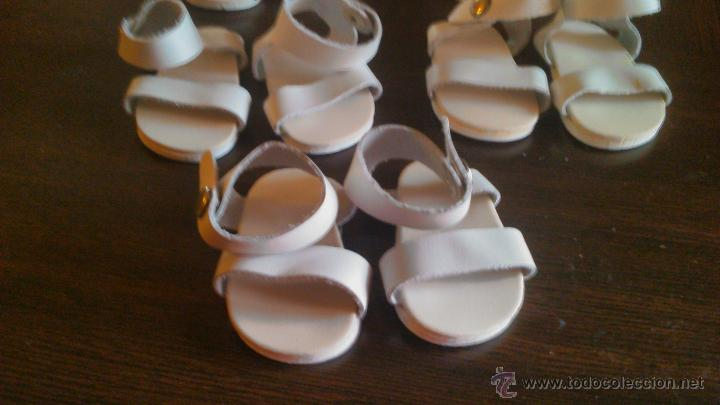 Muñeca española clasica: Lote de 5 pares de sandalias playeras, de tiras de cuero de Mariquita Perez. - Foto 2 - 181897142