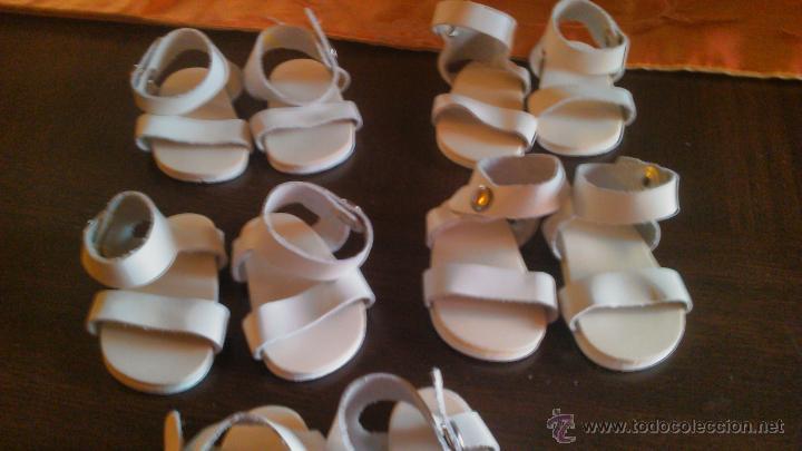 Muñeca española clasica: Lote de 5 pares de sandalias playeras, de tiras de cuero de Mariquita Perez. - Foto 3 - 122846208