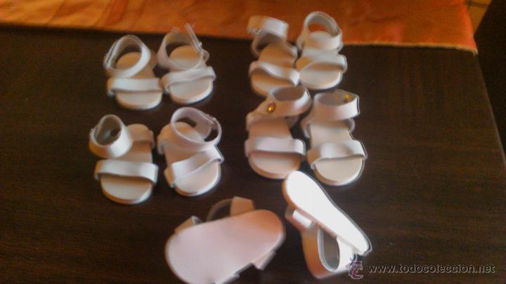 Muñeca española clasica: Lote de 5 pares de sandalias playeras, de tiras de cuero de Mariquita Perez. - Foto 4 - 122846208