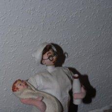 Muñeca española clasica: MUÑECA ROLDÁN - ENFERMERA CON NIÑO - FIELTRO Y TRAPO - AÑOS 50. Lote 52472046