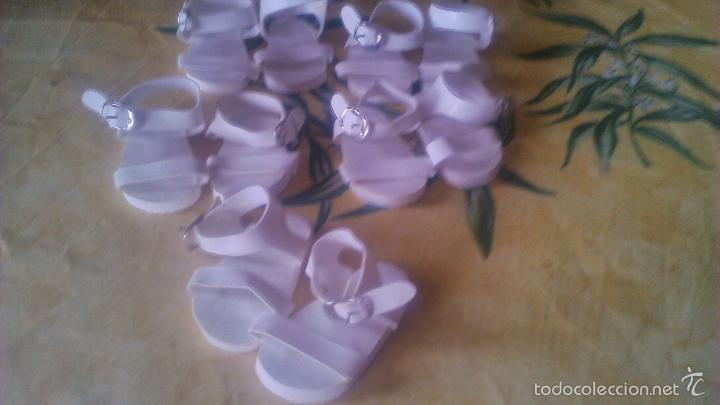 Muñeca española clasica: Lote de 5 pares de sandalias playeras, de tiras con hevilla, plástico de Mariquita Perez. - Foto 2 - 100114494