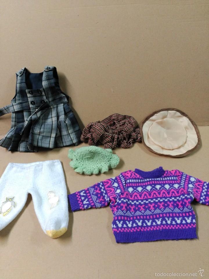 LOTE DE VESTIDOS Y COMPLEMENTOS DE MUÑECAS (Juguetes - Reproducciones Vestidos y Accesorios Muñeca Española Clásica)