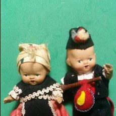 Muñeca española clasica: CONSERVADA Y ANTIGUA PAREJA DE MUÑECOS DE BARRO TRAJE REGIONAL AÑOS 1940 - 1950. Lote 63475800