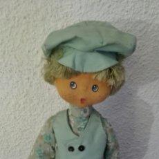Muñeca española clasica: MUÑECO FIELTRO Y TRAPO AÑOS 50 - 60 CARA PINTADA MEDIDAS 40 CM ALTO VESTIDO COMO OLIVER TWIST. Lote 70360362