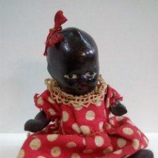 Muñeca española clasica: PRECIOSO Y ANTIGUO BEBE NEGRITO EN POSICION DE SENTADO . ROPITA ORIGINAL. Lote 76963633