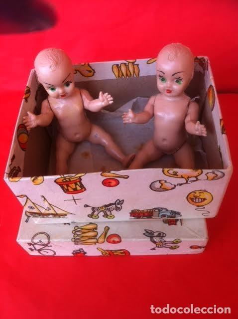 Muñeca española clasica: Antigua caja , motivos juguetes con dos muñecos celuloide años 40-50 - Foto 2 - 81074784