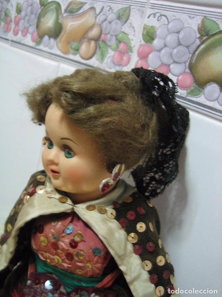 Muñeca española clasica: Antigua muñeca española con traje regional. En plástico duro. Altura 34 cm - Foto 2 - 90649310