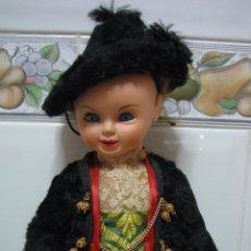 Muñeca española clasica: ANTIGUO MUÑECO ESPAÑOL CON TRAJE REGIONAL. EN PLÁSTICO DURO. ALTURA 35 CM. Lote 90649510
