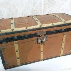 Muñeca española clasica: BAUL DE MUÑECAS EN MADERA ANTIGUO CON LLAVE.. Lote 94483026