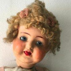 Muñeca española clasica: ANTIGUA MUÑECA EN CARTON PIEDRA CON OJOS DE CRISTAL , SACANDO LA LENGUA. Lote 96749123
