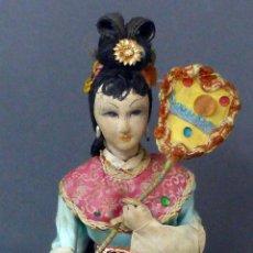 Muñeca española clasica: MUÑECA CHINA CARTÓN Y TRAPO PEANA MADERA ROPA ORIGINAL AÑOS 50 30 CM ALTO. Lote 102708259
