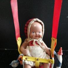Muñeca española clasica: PRECIOSO Y ANTIGUO BEBE DE TERRACOTA SENTADO EN UN COLUMPIO CON SU BIBERON Y SONAJERO TODO ORIGINAL . Lote 103838831