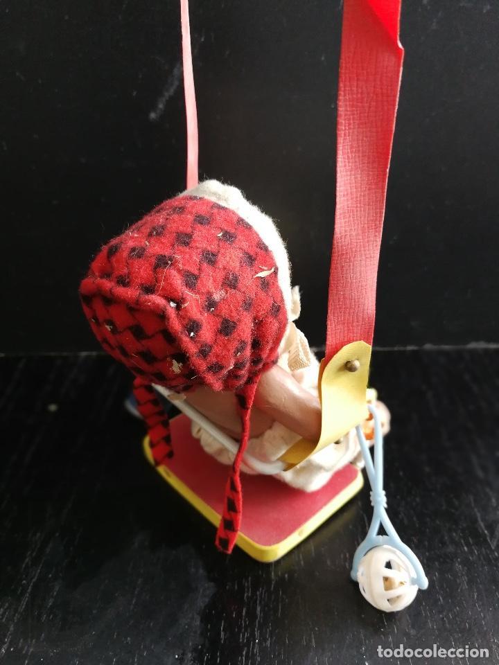 Muñeca española clasica: PRECIOSO Y ANTIGUO BEBE DE TERRACOTA SENTADO EN UN COLUMPIO CON SU BIBERON Y SONAJERO TODO ORIGINAL - Foto 3 - 103838831