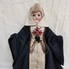Muñeca española clasica: MUÑECA ANTIGUA DE PORCELANA CON LOS HÁBITOS DE LA ORDEN DE CALATRAVA. Lote 109051747