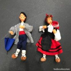 Muñeca española clasica: PAREJA MUÑECOS VASCOS - PAIS VASCO - TRAJE REGIONAL - PARAGUAS - MUÑECA - MUÑECO - 18 CM.. Lote 116111803