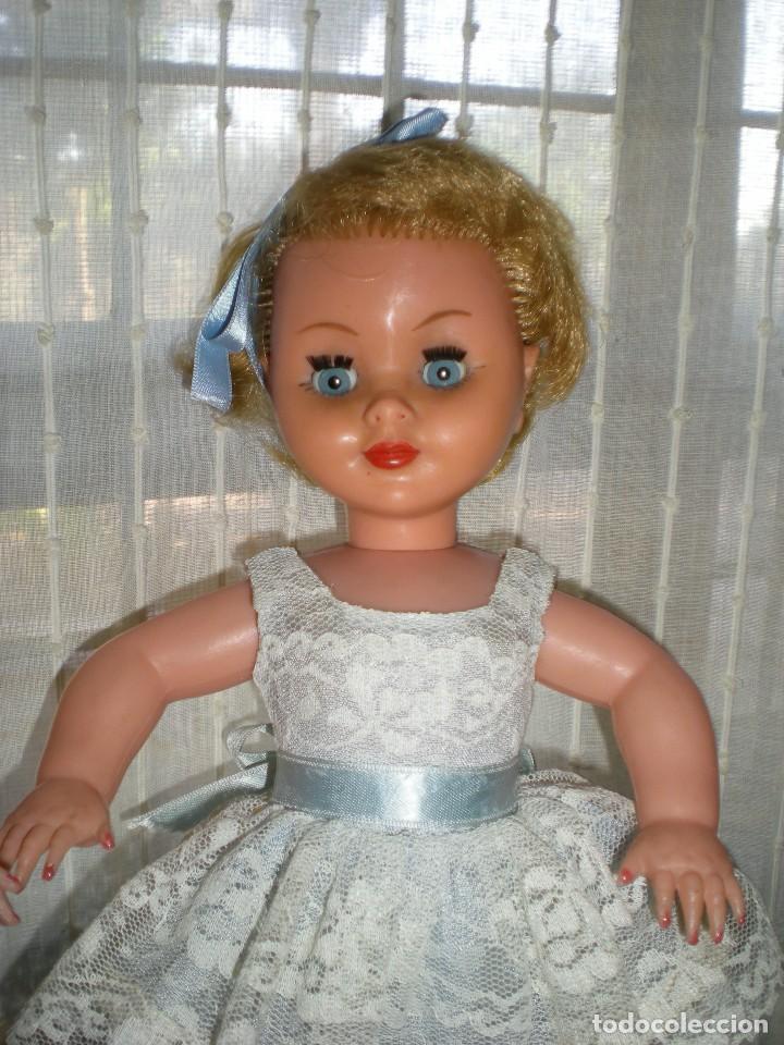 Muñeca española clasica: preciosa muñeca completa de origen años 60 con lloron en la espalda mide 35 cm le falta un zapato - Foto 2 - 118296107