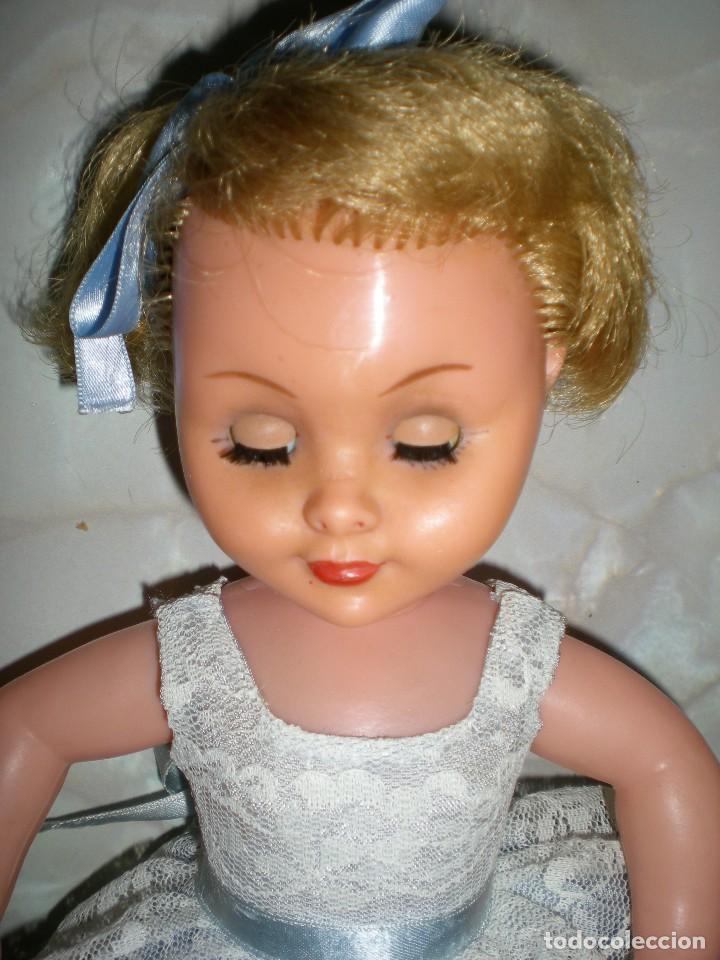 Muñeca española clasica: preciosa muñeca completa de origen años 60 con lloron en la espalda mide 35 cm le falta un zapato - Foto 6 - 118296107