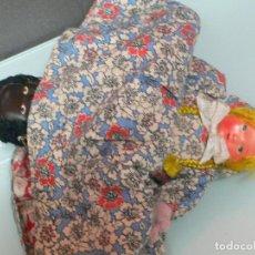 Muñeca española clasica: MUÑECA DOBLE DE TRAPO CON LAS CABEZAS EN CELULOIDE, RUBIA Y MULATA, 22 CM, AÑOS 50. Lote 119917599
