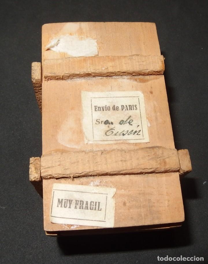 CAJA DE MADERA,PROCEDENTE DE PARÍS:CON BEBÉ DE TERRACOTA EN SU INTERIOR,AÑOS 30 (Juguetes - Otras Muñecas Españolas Clásicas (Hasta 1.960))