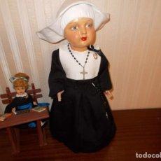 Muñeca española clasica: ANTIGUA MUÑECA VESTIDA DE MONJA, DE CARTON ,AÑOS 50,+COLEGIALA Y PUPITRE (VER FOTOS LEER DESCRIPCION. Lote 130629910