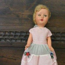 Muñeca española clasica: PRECIOSA MUÑECA ANDADORA DE CARTÓN PIEDRA AÑOS 50. Lote 132005890