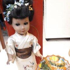 Muñeca española clasica: MUÑECA LINDA GEISHA CON SU CAJA Y SOMBRILLA. AÑOS 50.. Lote 132475518