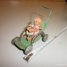 Muñeca española clasica: PEQUEÑA MUÑECA EN CARRICOCHE DE CHAPA. Lote 135242870