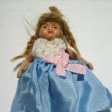 Muñeca española clasica: PEQUEÑA MUÑECA VESTIDA, PLASTICO O CELULOIDE, MIDE 8 CM. Lote 135740723