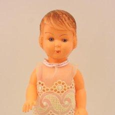 Muñeca española clasica: MUY ANTIGUA MUÑECA DE PLASTICO - AÑOS 50 - 23CM. Lote 137789922