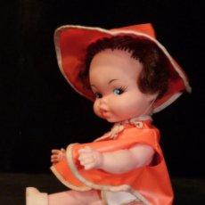 Muñeca española clasica: ANTIGUA MUÑECA CON CHUBASQUERO COLOR NARANJA, SIN MARCA. MADE IN CHINA 22 CM. AÑOS 60 . Lote 138660942