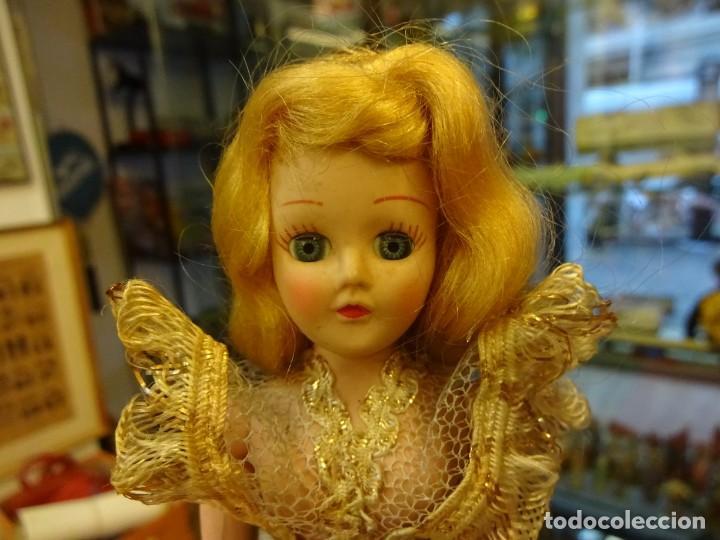 Muñeca española clasica: Antigua muñequita años 60 con precioso vestido de gala. Ojos durmientes. 20 ctms. altura - Foto 2 - 143815170