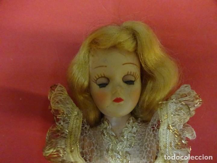 Muñeca española clasica: Antigua muñequita años 60 con precioso vestido de gala. Ojos durmientes. 20 ctms. altura - Foto 3 - 143815170