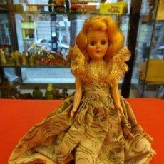 Muñeca española clasica: ANTIGUA MUÑEQUITA AÑOS 60 CON PRECIOSO VESTIDO DE GALA. OJOS DURMIENTES. 20 CTMS. ALTURA. Lote 143815170