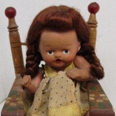 Muñeca española clasica: MUÑECA DE TERRACOTA CON MECEDORA SONORA, DE JUGUETES PIT, AÑOS 40. Lote 145176002