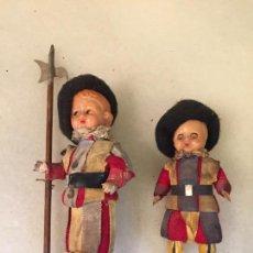 Muñeca española clasica: ANTIGUAS 2 MUÑECA / MUÑECAS DE CELULOIDE VESTIDO TÍPICO DE LA GUARDIA VATICANA AÑOS 60-70. Lote 150575734