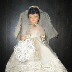 Muñeca española clasica: ANTIGUA MUÑECA DE COMUNIÓN EN CELULOIDE CON VESTIDO BORDADO. SOBRE PEANA/JOYERO.. Lote 151149314
