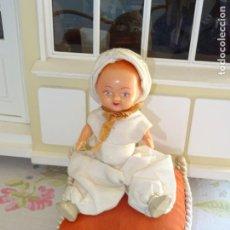 Muñeca española clasica: ANTIGUO MUÑECO ALADINO DE PLÁSTICO CON COJÍN AÑOS 50. Lote 151950454