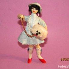 Muñeca española clasica: ANTIGUA MUÑECA CON PERRITO - TELA CON RELLENO INTERIOR Y PELO DE MOHAIR . Lote 153268670