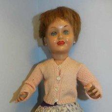 Muñeca española clasica: MUÑECA CHELITO DE FINALES DE LOS 50. OJO DURMIENTE, CABELLO NATURAL, LA ROPA NO ES ORIGINAL. MID. Lote 154543446