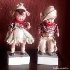 Muñeca española clasica: ANTIGUA PAREJA DE COLONOS AMERICANOS DE TERRACOTA SOBRE PEANA DE CARTON. Lote 154651978