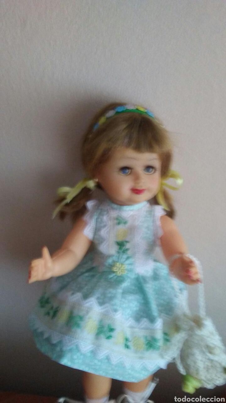Muñeca española clasica: Antigua muñeca finales de los 50 mide 35ct tiene pelo natural ,(ver fotos y leer descripcion) - Foto 2 - 160264520