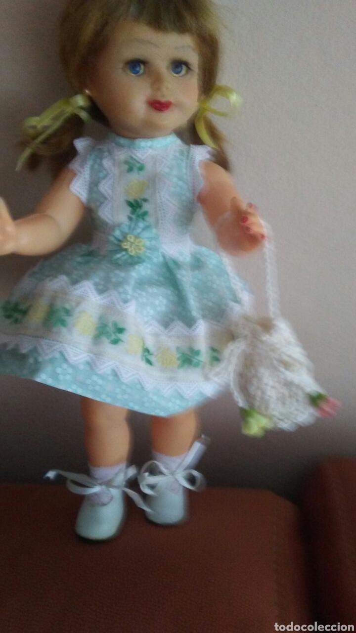 Muñeca española clasica: Antigua muñeca finales de los 50 mide 35ct tiene pelo natural ,(ver fotos y leer descripcion) - Foto 3 - 160264520