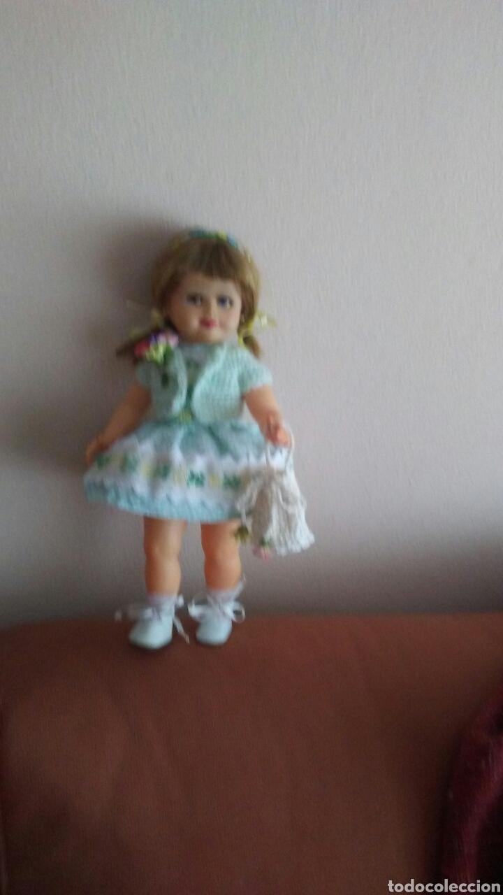 Muñeca española clasica: Antigua muñeca finales de los 50 mide 35ct tiene pelo natural ,(ver fotos y leer descripcion) - Foto 5 - 160264520