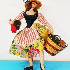 Muñeca española clasica: MUY RARA MUÑECA DE FIELTRO CAMPESINA LAYNA O ROLDAN 30CM ALTO CON CESTO MIMBRE Y CUBO, TELA ALDEANA. Lote 160657794