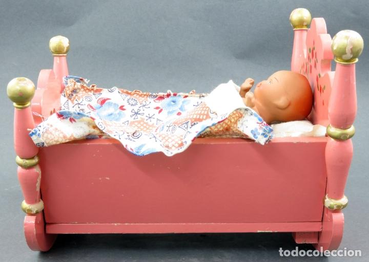 Muñeca española clasica: Bebé terracota articulado con cuna madera pintada con mecanismo lloro años 50 - Foto 3 - 164578550