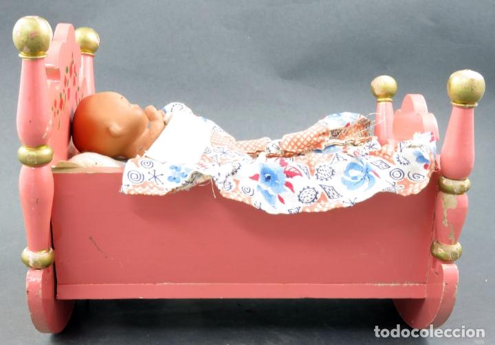 Muñeca española clasica: Bebé terracota articulado con cuna madera pintada con mecanismo lloro años 50 - Foto 5 - 164578550