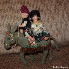 Muñeca española clasica: PAREJA DE CAMPESINOS EN BURRITO,FINALES AÑOS 50. Lote 164807386