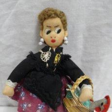 Muñeca española clasica: MUÑECA DE TRAPO CON CESTA Y GALLINA DENTRO,AÑOS 50. Lote 165315814